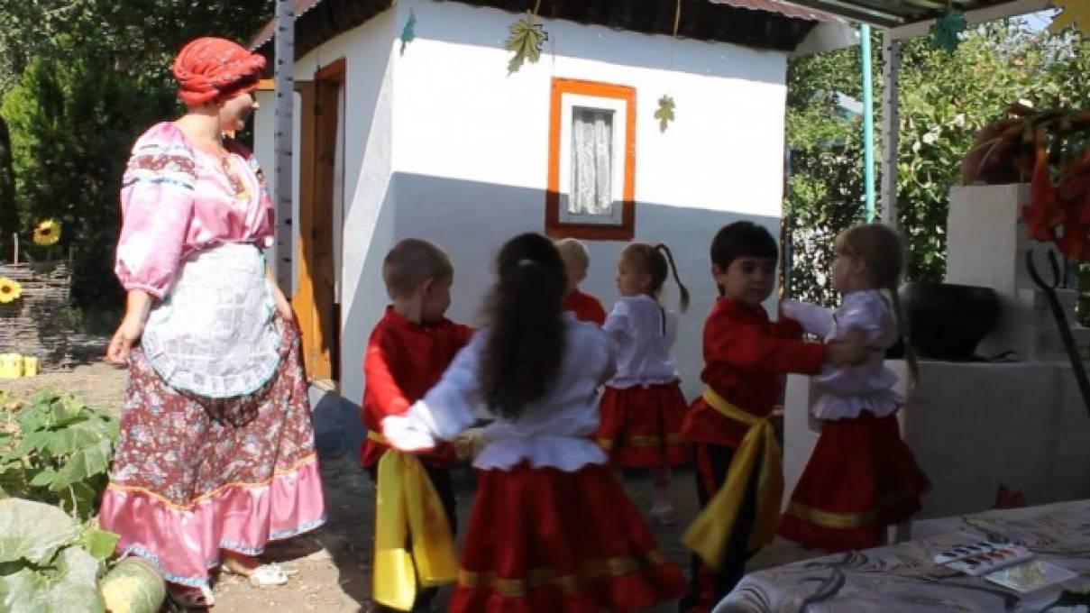 Занятие по ознакомлению с окружающим миром, лепкой «В гости в казачью хату» для детей средней группы с прим. ИКТ сен.2016 г.