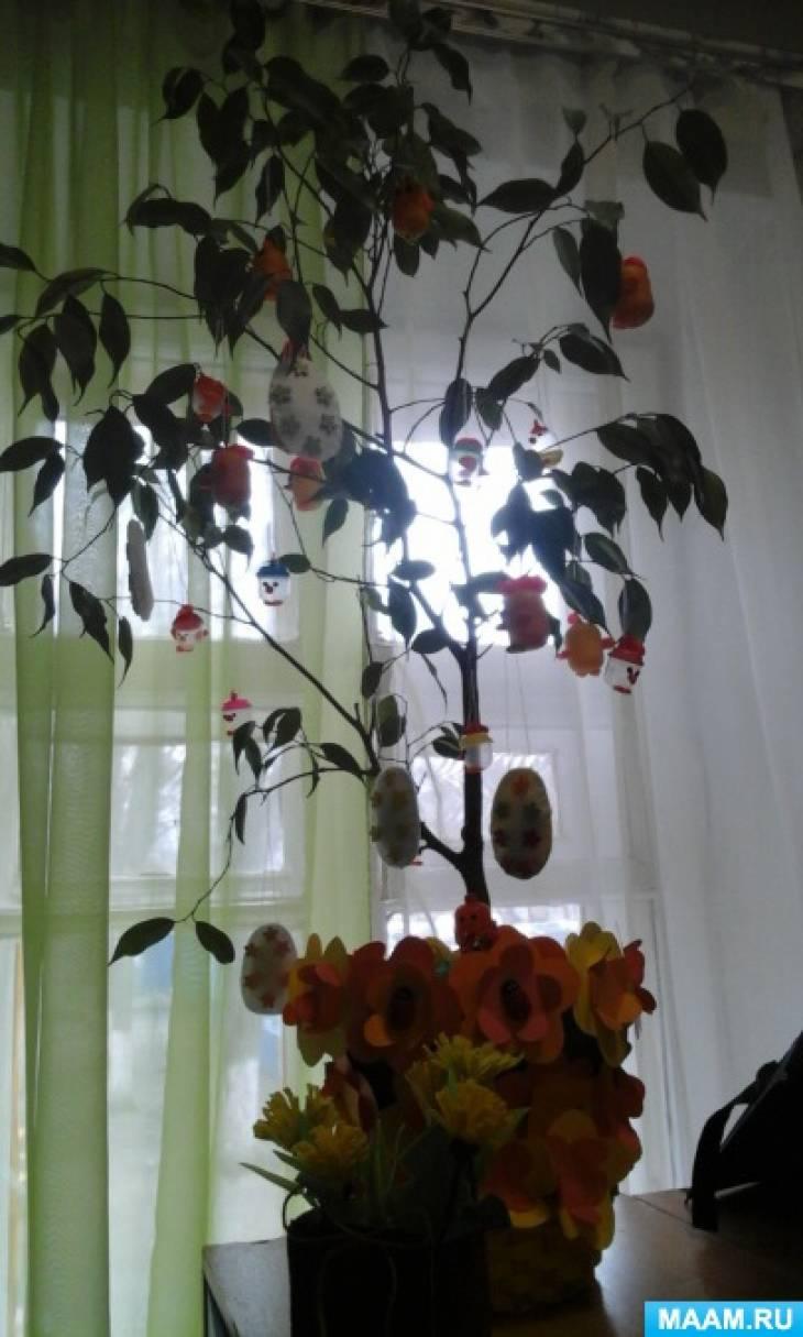 Украшение комнатного растения на Пасху.