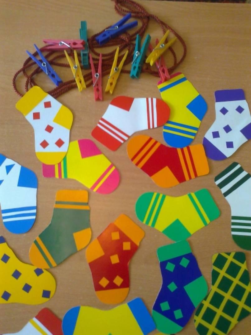 Дидактическая игра для детей младшего дошкольного возраста «Разноцветные носочки»