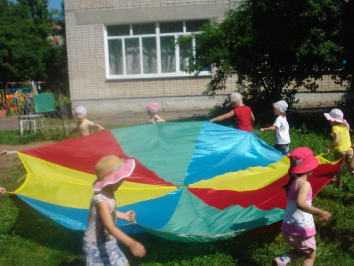 Фотоотчет «Веселый парашют». Развитие двигательной активности детей