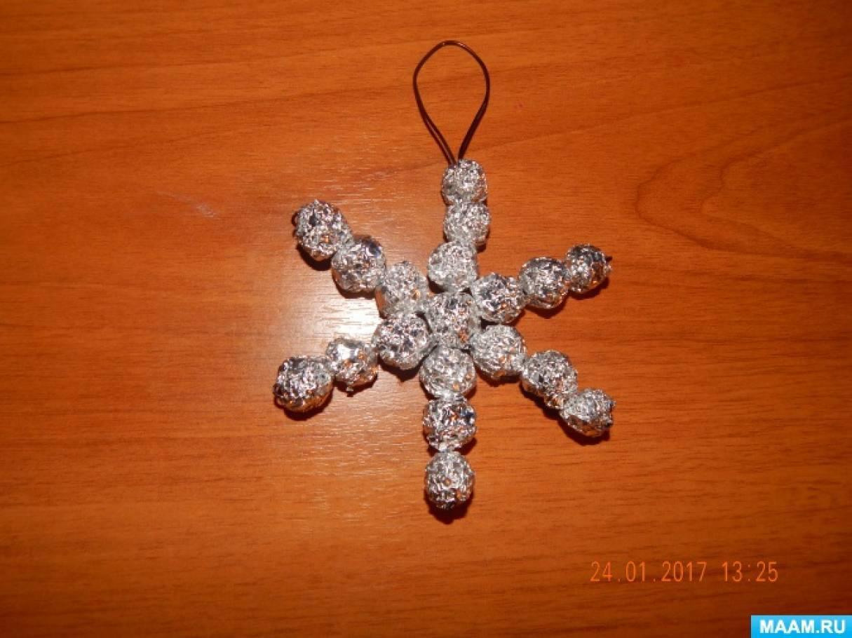 Поделки из бросового материала. Снежинки из конфетных фантиков и фольги. Мастер-класс