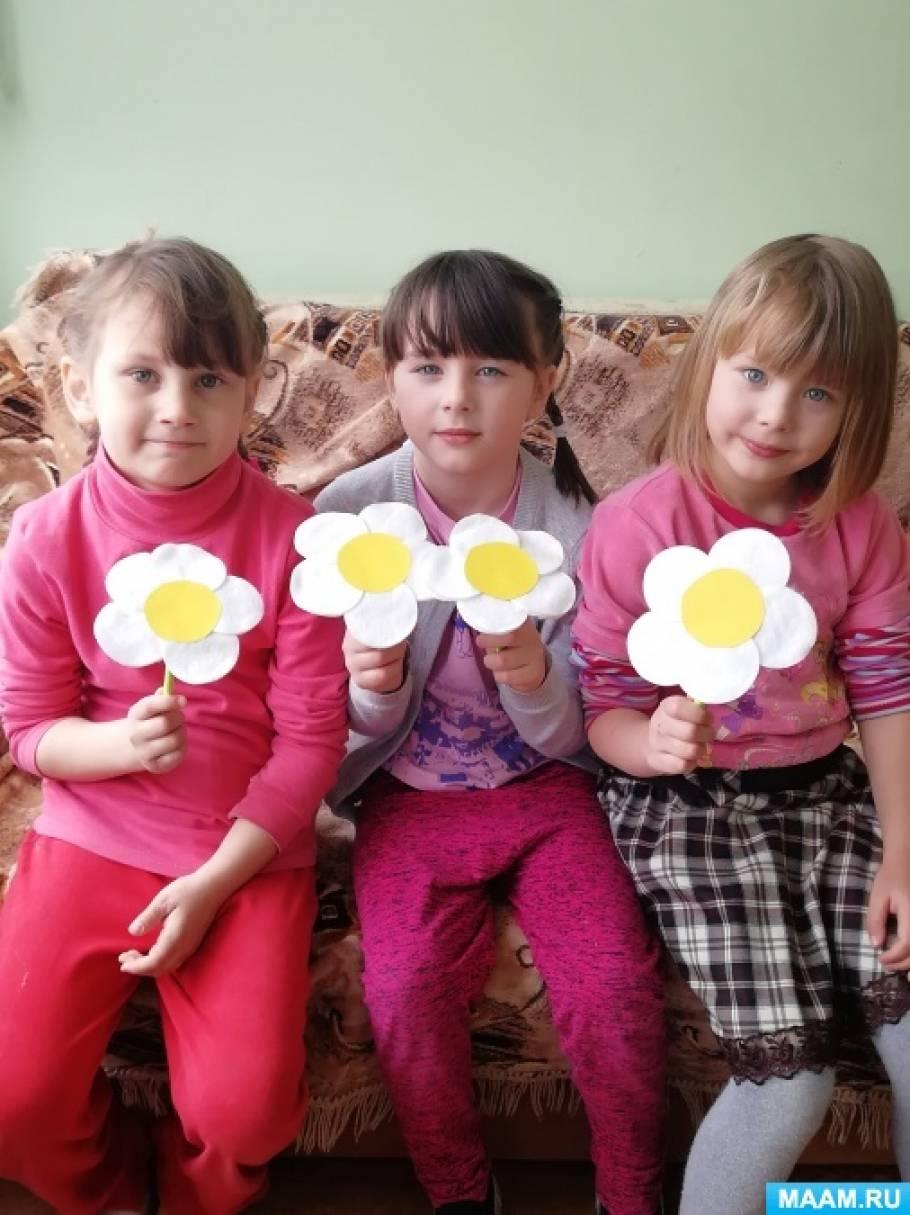 Фотоотчет о детском творчестве по изготовлению ромашек из ватных дисков ко «Дню ромашек на МAAM»