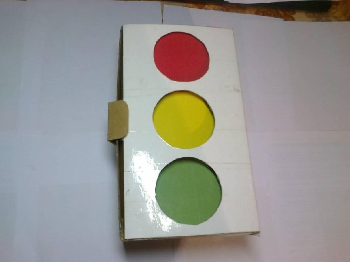 Как из коробки сделать светофор своими руками 32