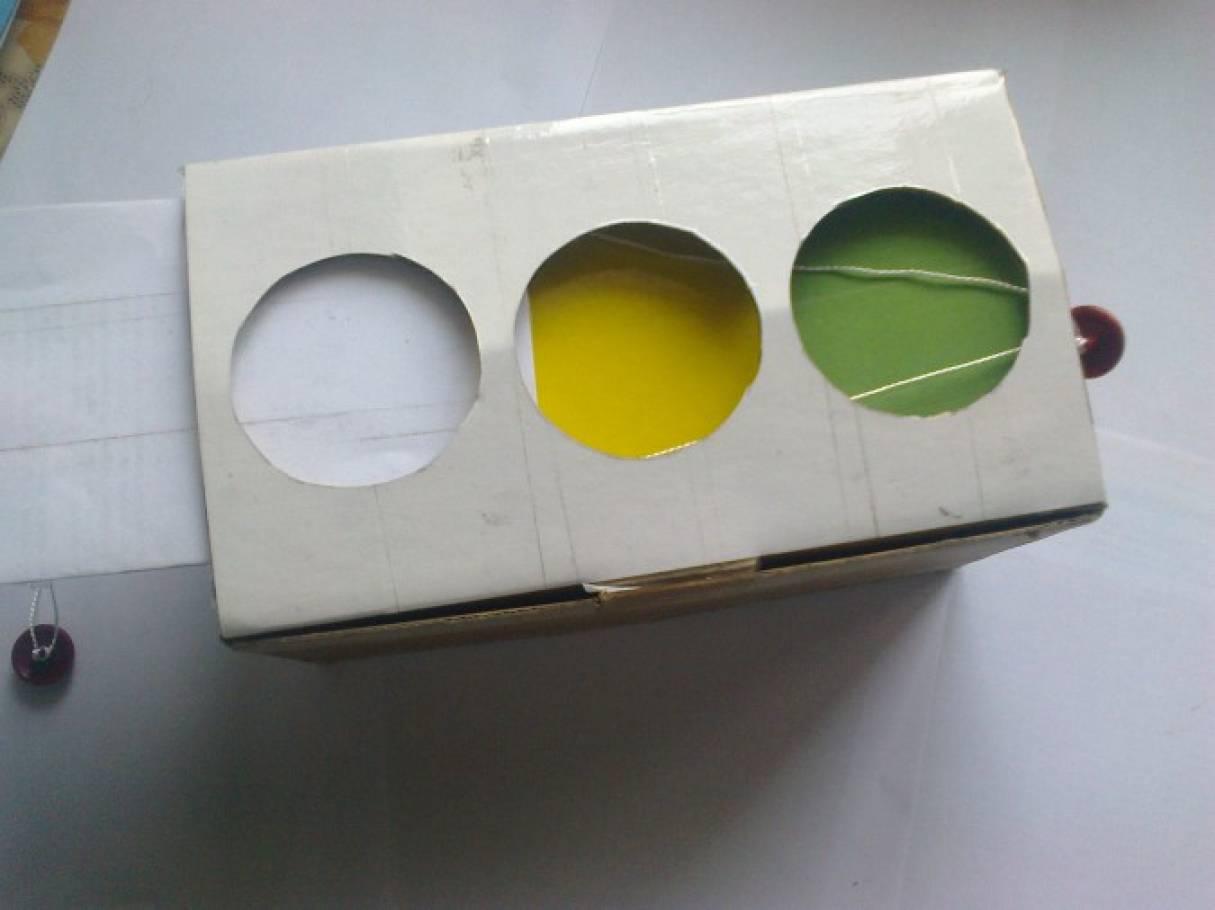 Как из коробки сделать светофор своими руками 79