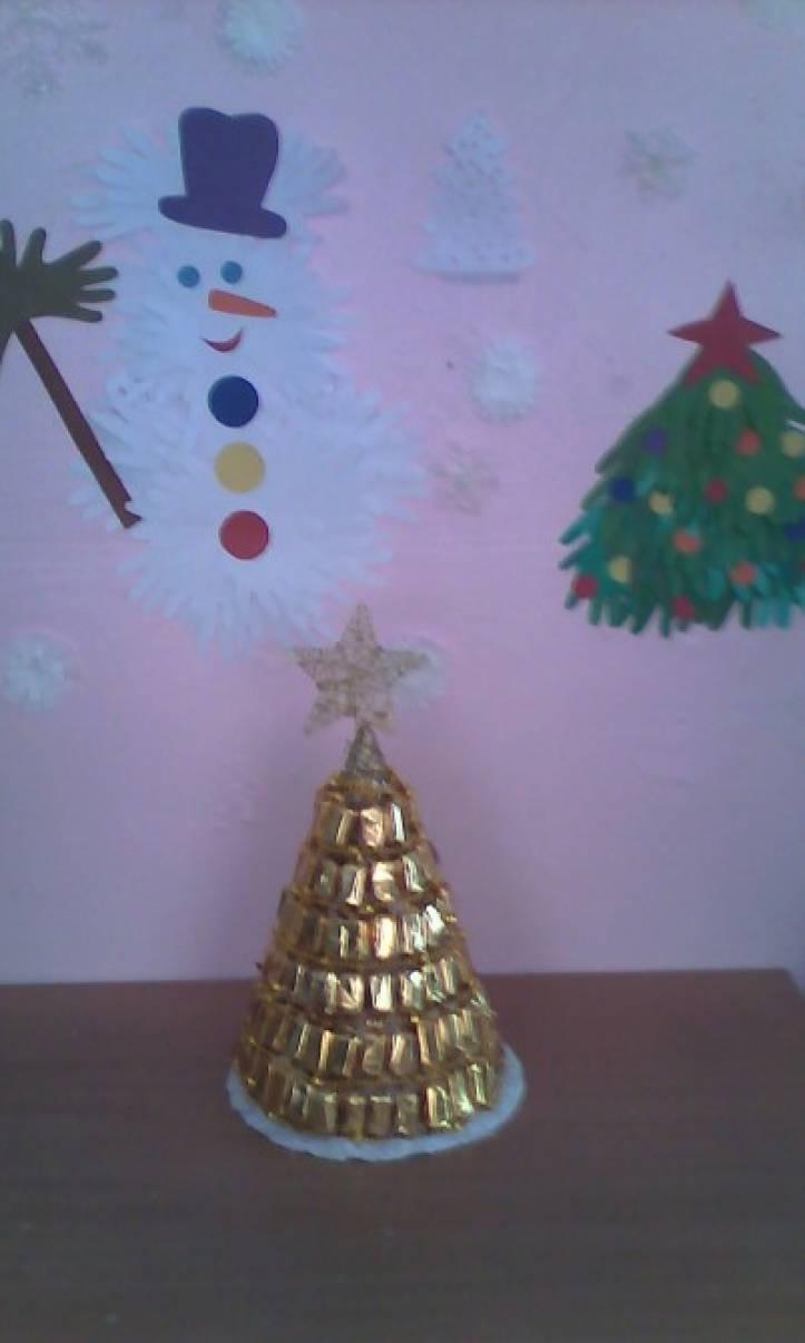 Елка из конфет и новогодних украшений «Чудо-ёлка»