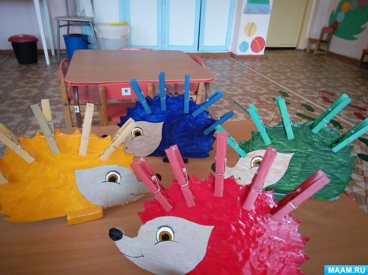 Игра с прищепками «Разноцветные ежики»