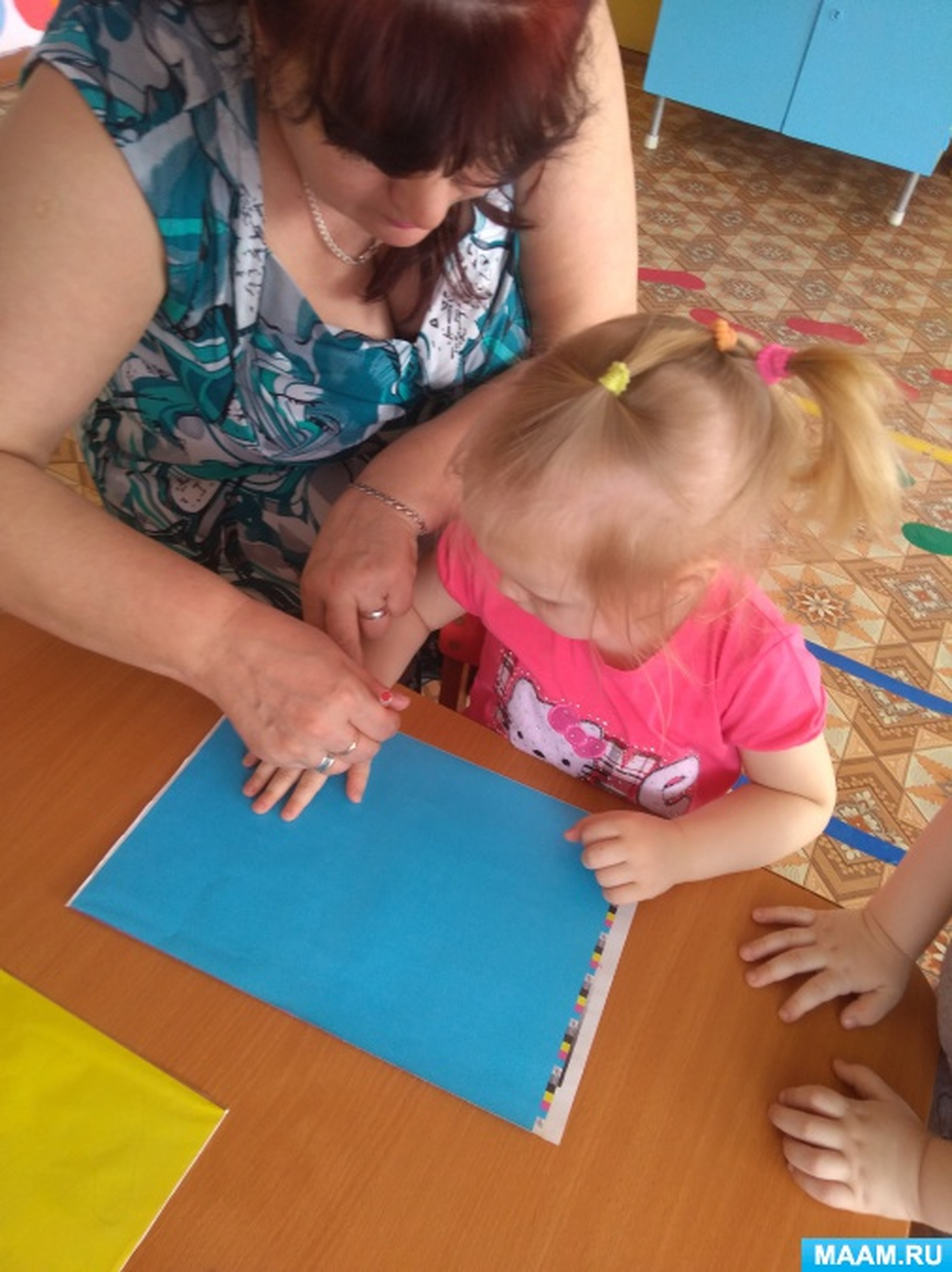 Коллективная работа детей раннего возраста «Солнышко из ладошек»