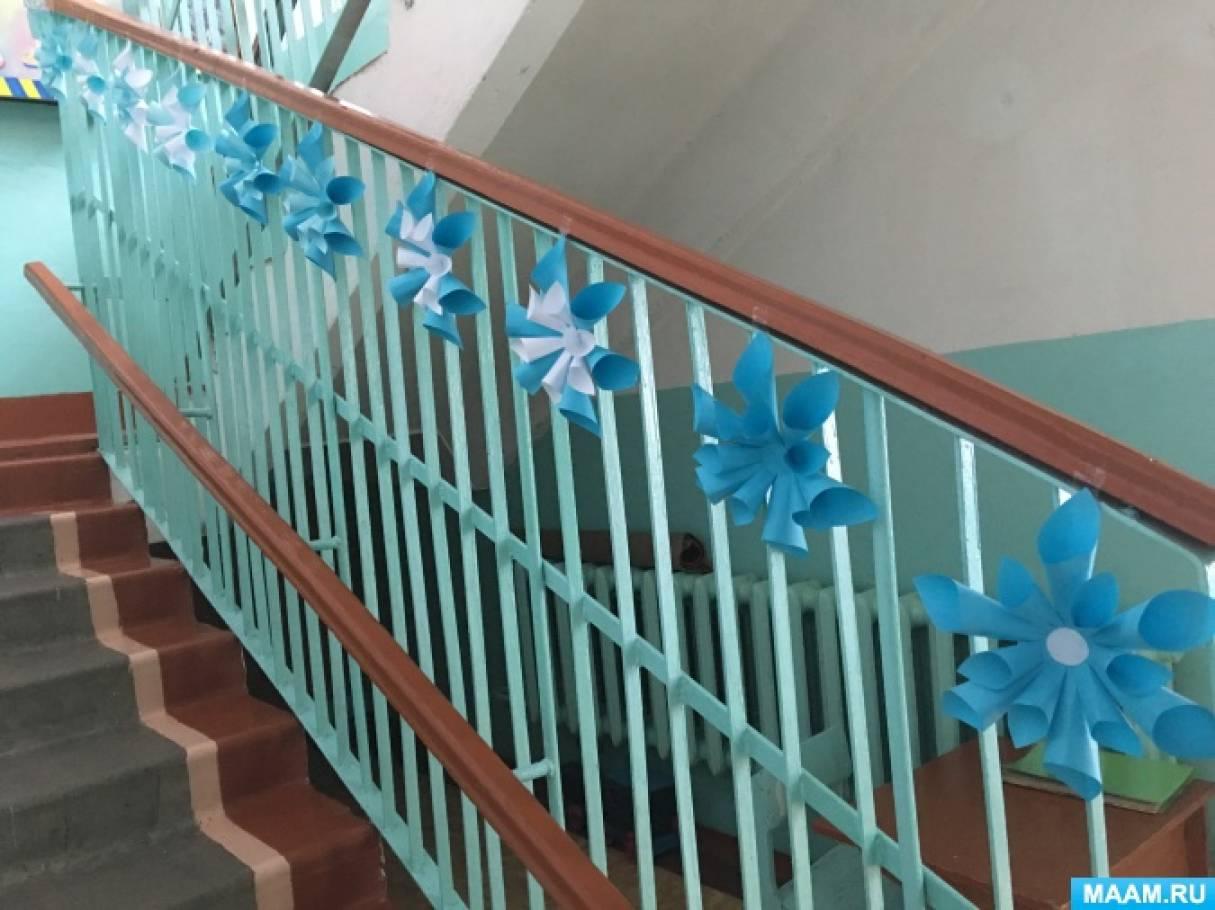 Оформление лестницы к новому году в детском саду