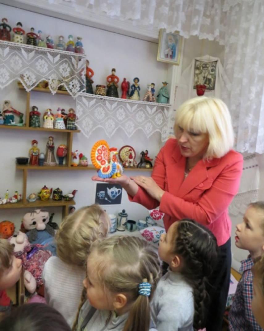 знакомим дошкольников с русской избой