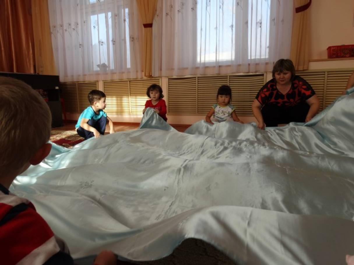 Детские игры с «парашютом»