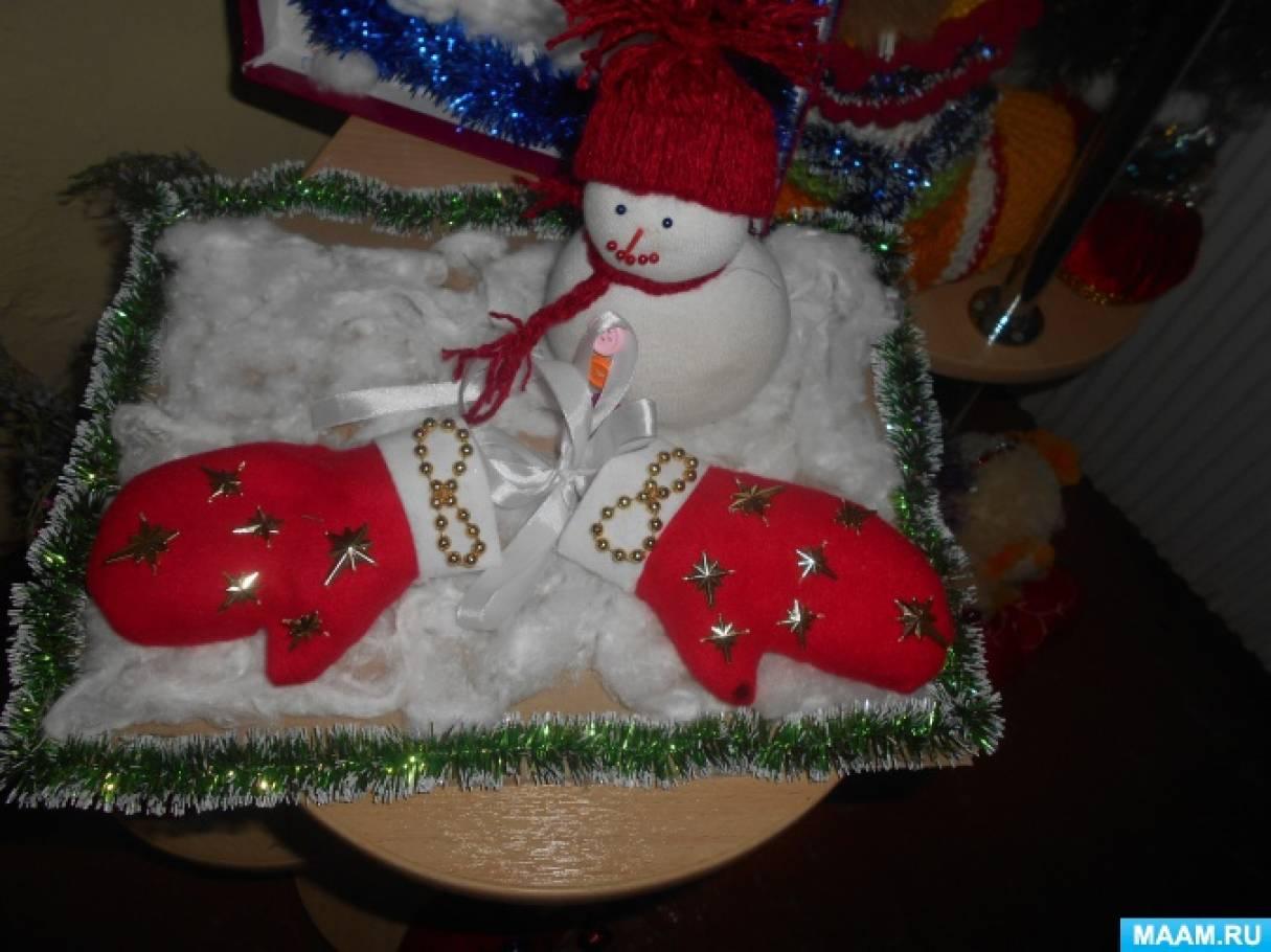 Фотоотчет о выставке детских поделок «Сапожок и рукавичка для Деда Мороза»