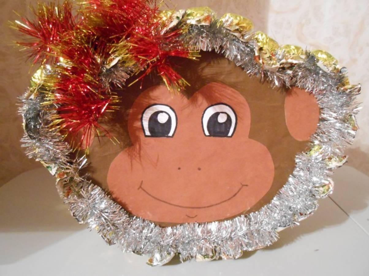 Новогодняя обезьянка с конфетами