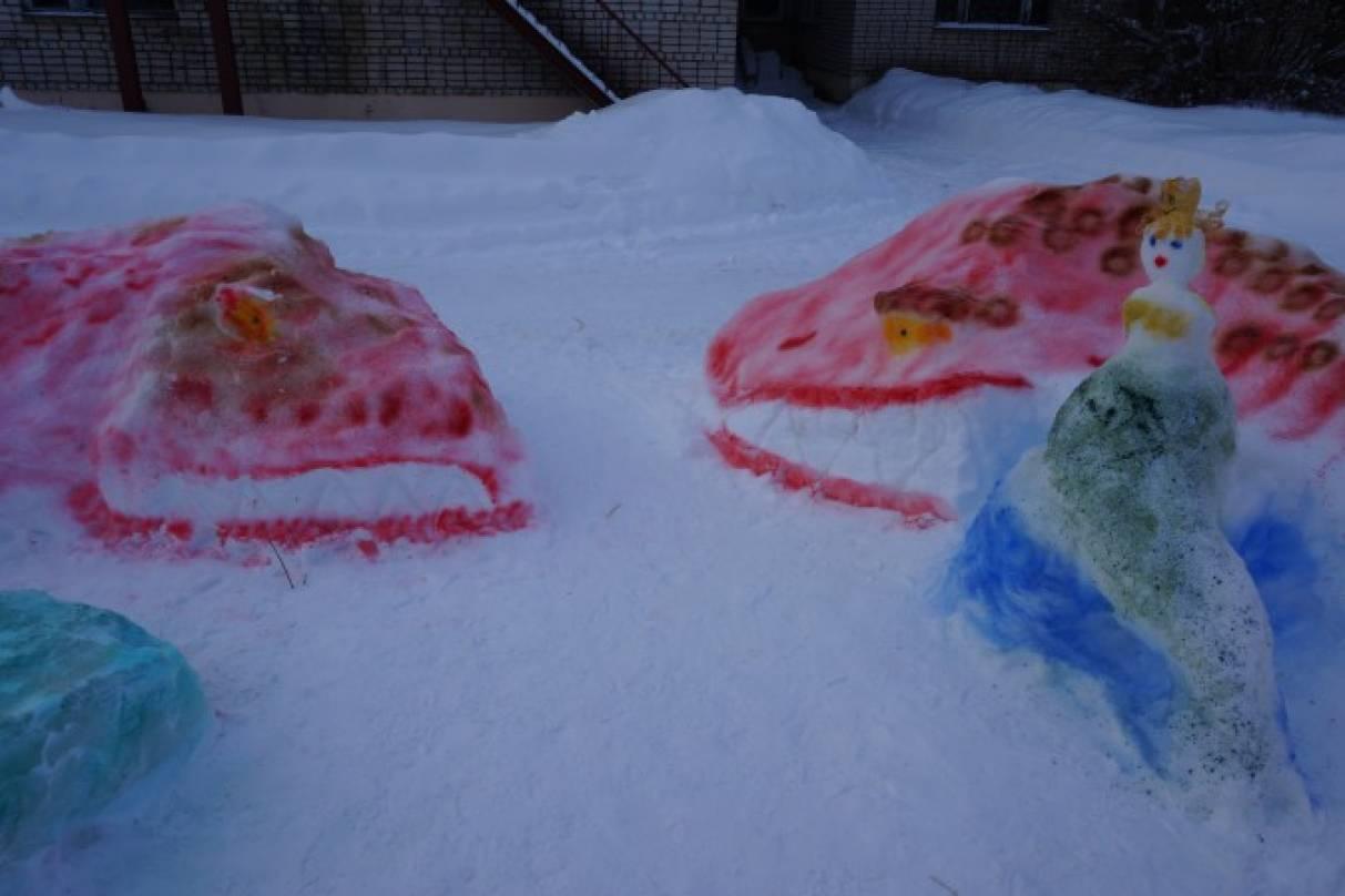 Снежные постройки на участке группы