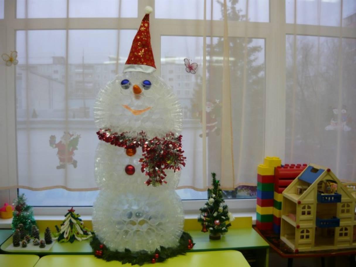 Поделка из одноразовых стаканчиков «Снеговик»