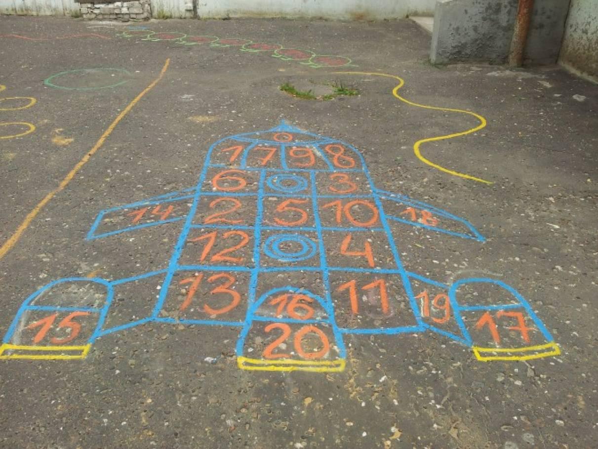 Классики для детей на асфальте фото
