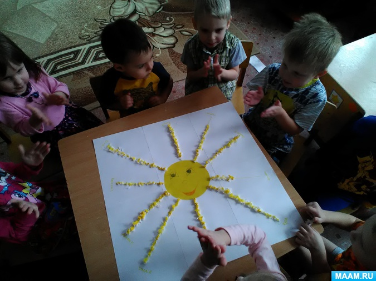Фотоотчет об изготовлении в младшей группе коллективного панно «Солнышколучистое»