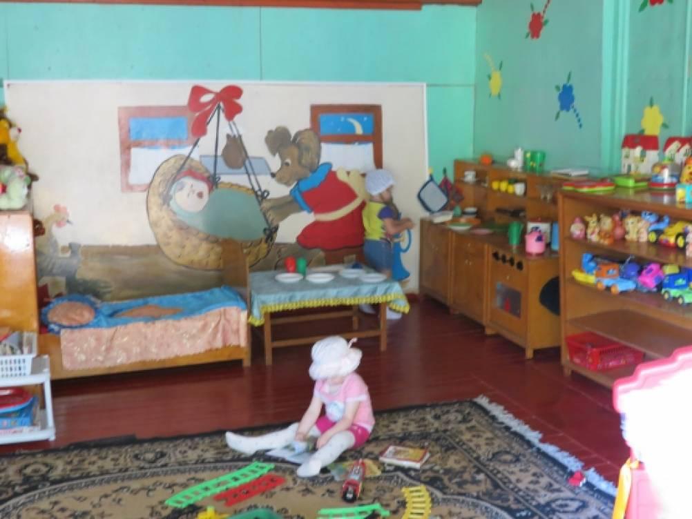 Постройки на участке детского сада  зимой 5