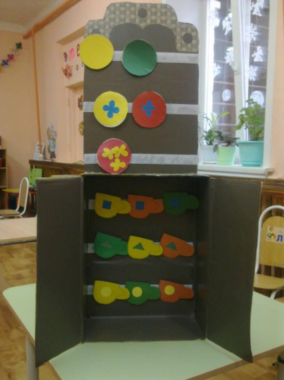 Дидактическая игра для детей 3–5 лет по математическому развитию «Посуда в буфете»