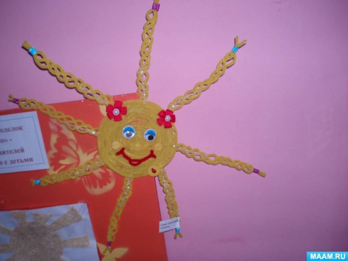 Фотоотчёт к выставке поделок «Ласковое солнышко!» (работа родителей совместно с детьми) в первой младшей группе.