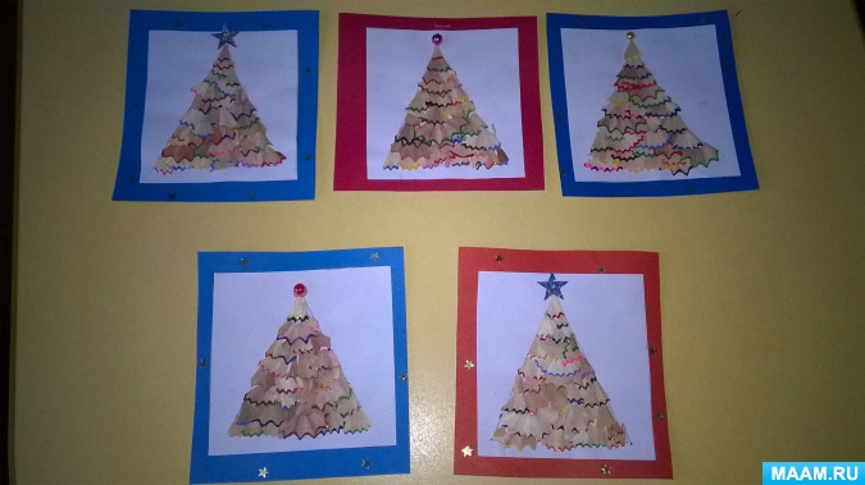 Панно «Новогодние елочки» из древесной стружки с детьми средней группы