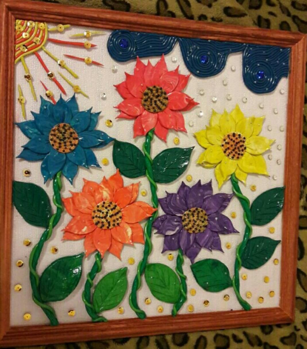 Картина из пластилина, украшенная бисером и пайетками «Радужные цветы»