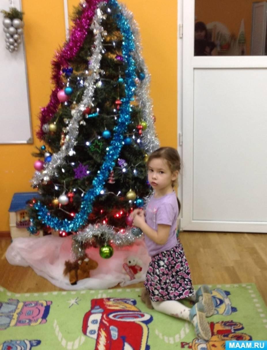 Фотозарисовка «Маленькая Дашулька играет под ёлочкой»
