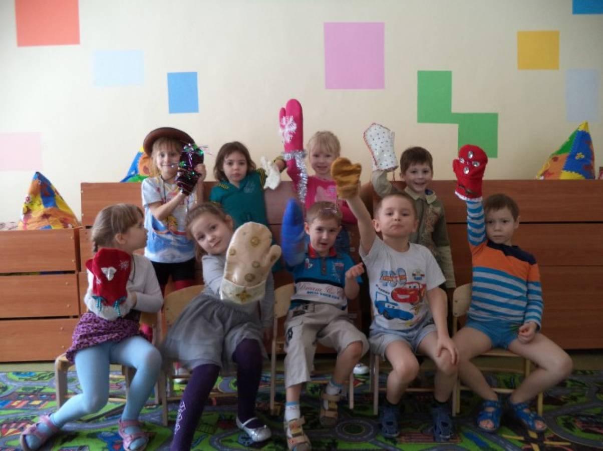 Фотоотчет об организации выставки детско-родительских работ «Варежка Деда Мороза»