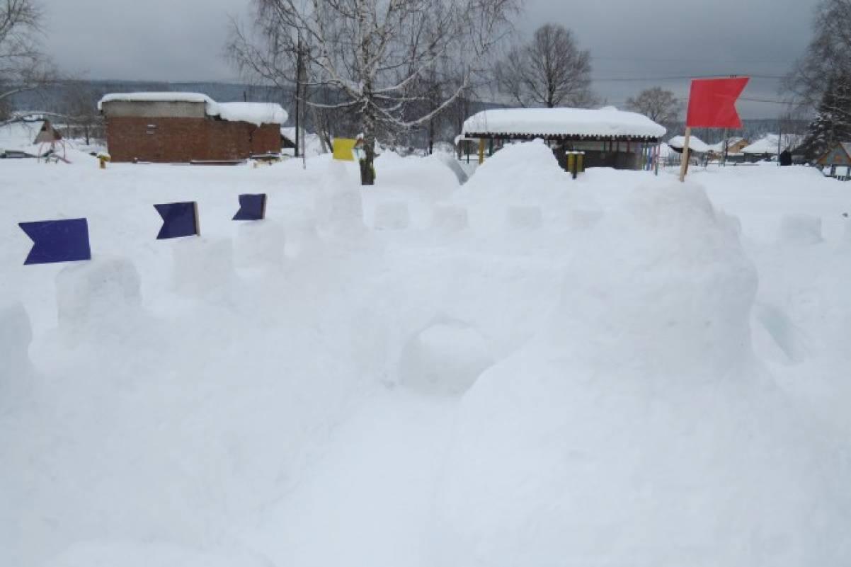 «Крепость-лабиринт» на участке детского сада из снега