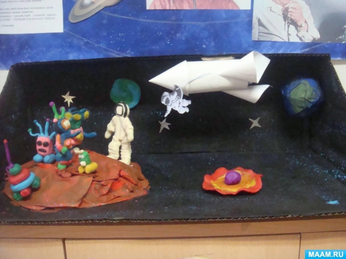Коллективная работа ко Дню Космонавтики— Космическая фантазия «Однажды на Марсе» в подготовительной к школе группе.