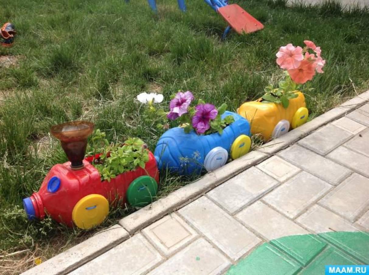 Клумба для цветов из пластиковых бутылок своими руками