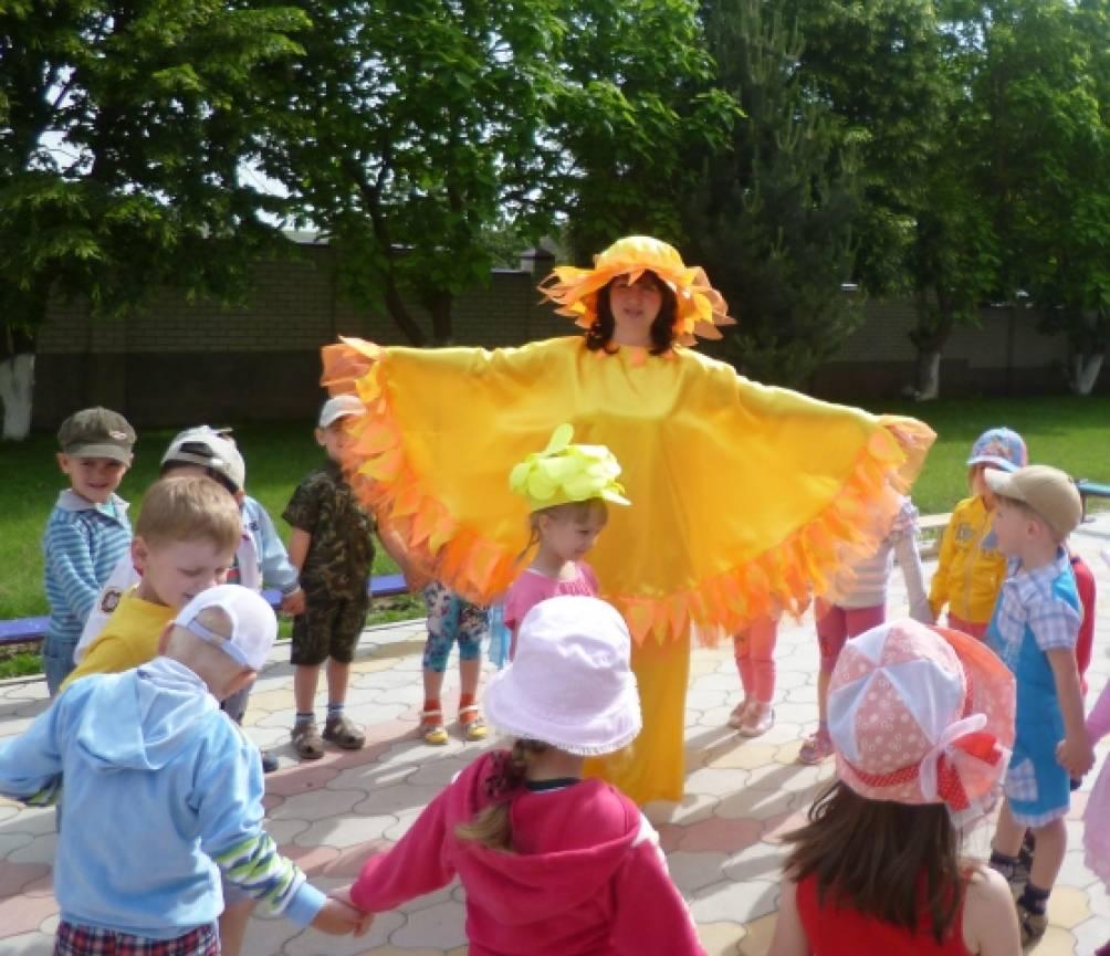 Дети собираются на площадке детского
