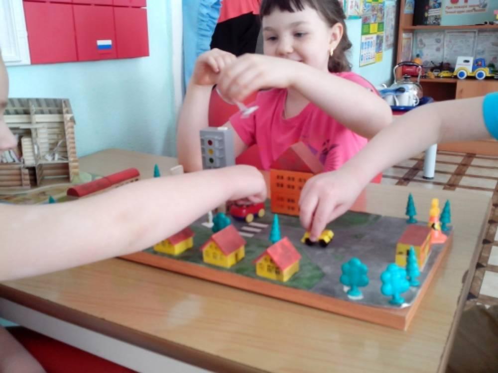 как воспитатель знакомить детей с детским садом