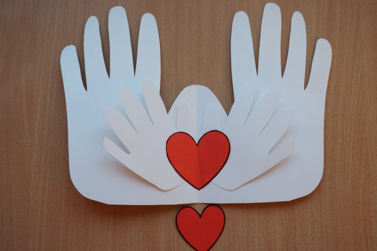 Ладошки с сердечком открытка