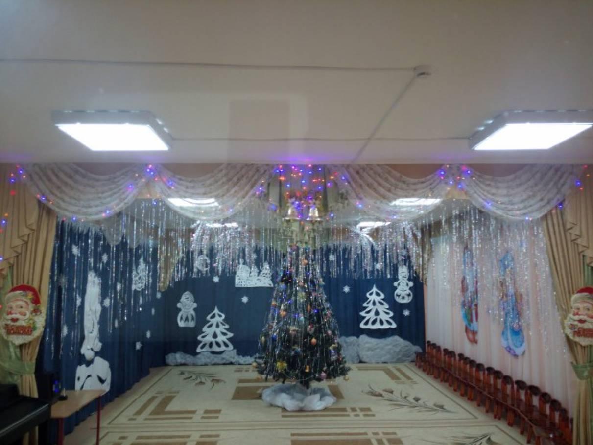 «Мы старались, мы спешили, ёлку нашу нарядили!» Оформление музыкального зала к Новому году