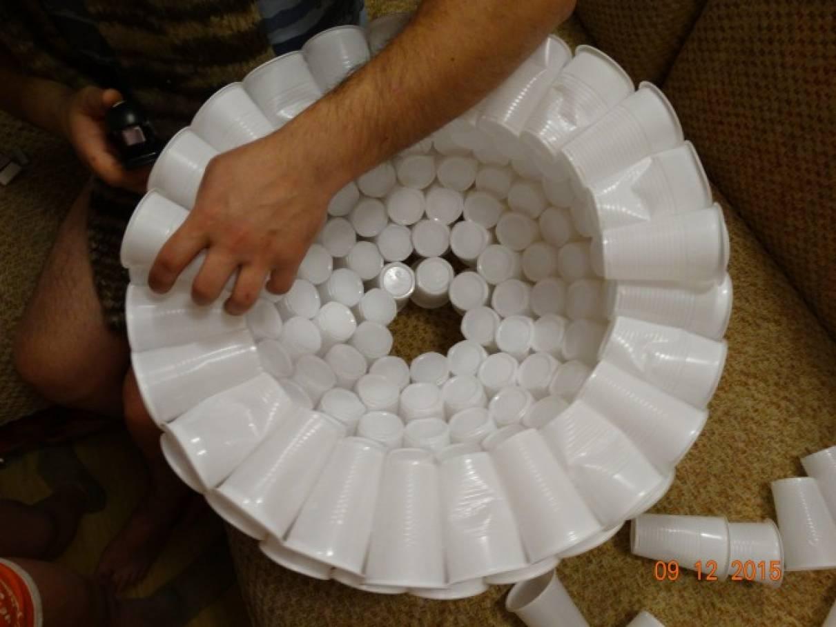 Поделка из пластиковых стаканов и трубочек
