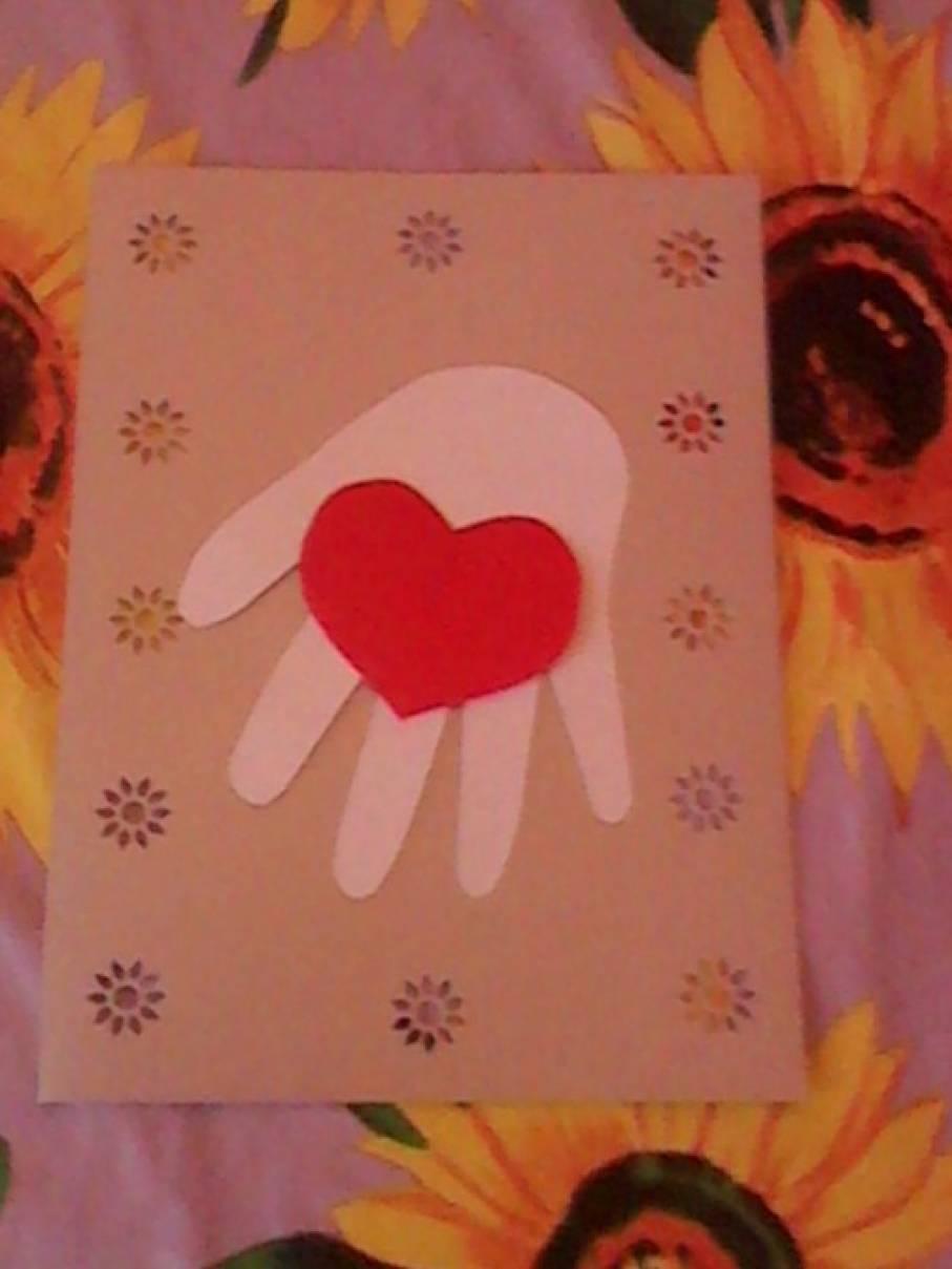 Открытки для мамы ладошки с сердечками