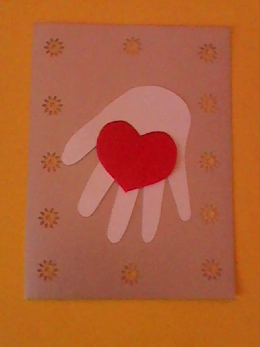 Открытка ладошки с сердечком на день матери