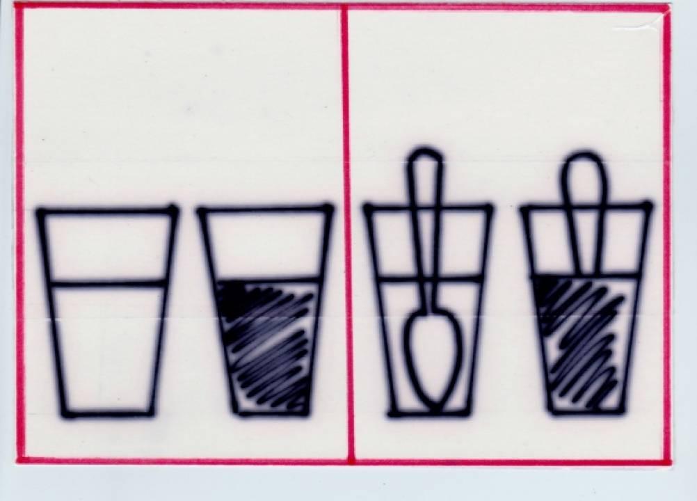 Аккуратно переливать воду из
