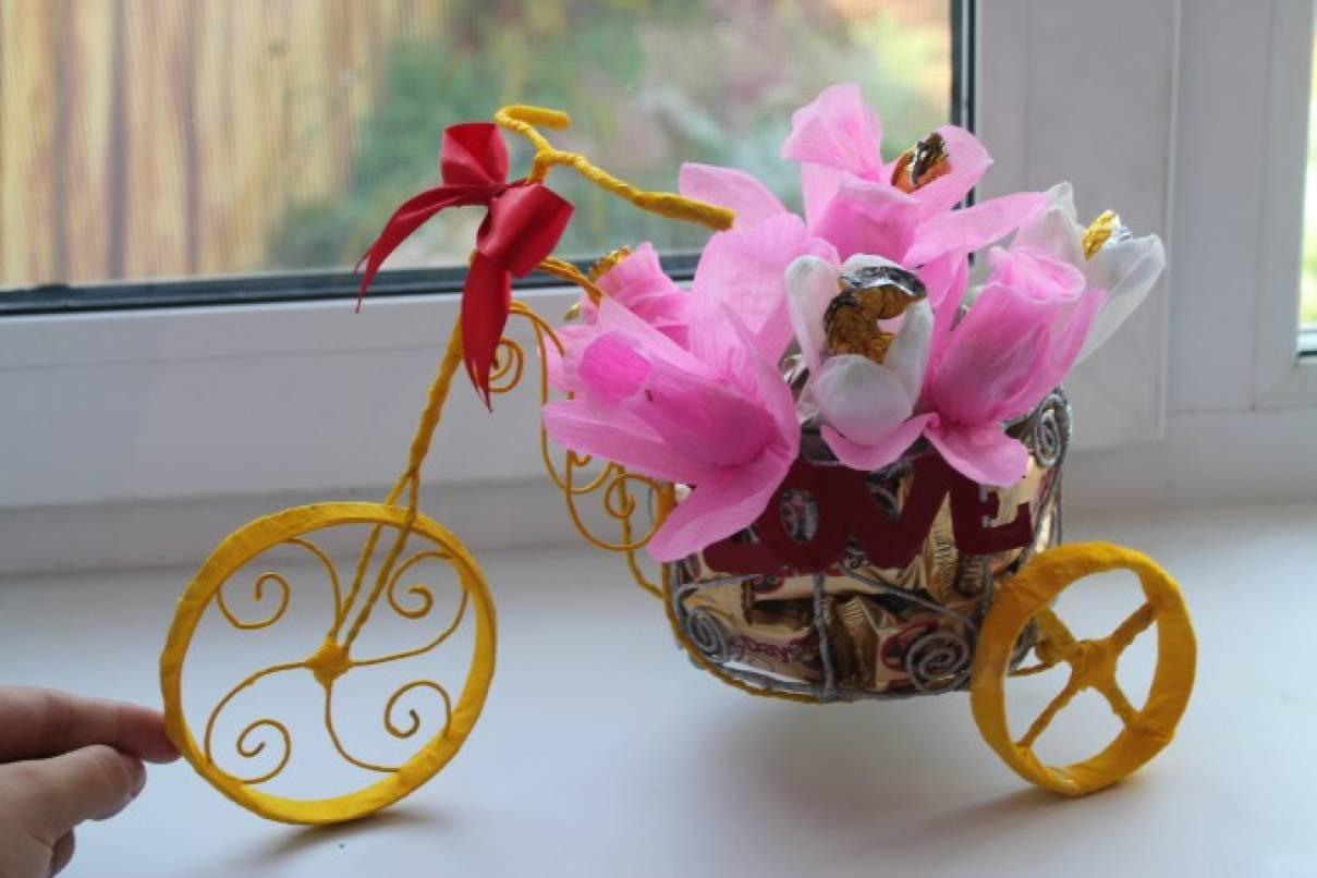 Подарок в технике свит-дизайна «Велосипед с конфетами»