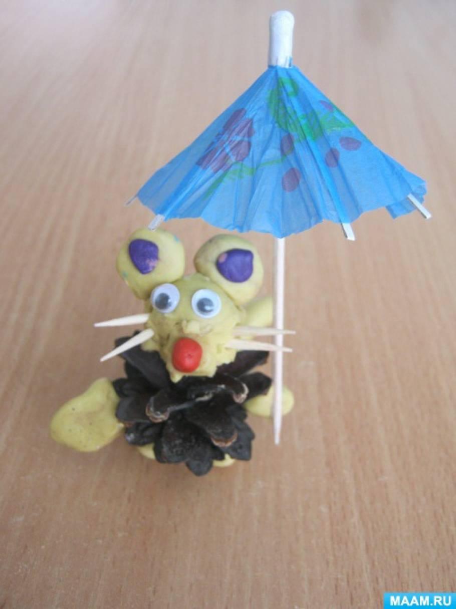 Детская поделка из шишек мишка
