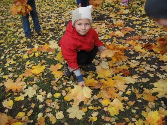Что такое осень? Это — листья! Листья под ногами у ребят!