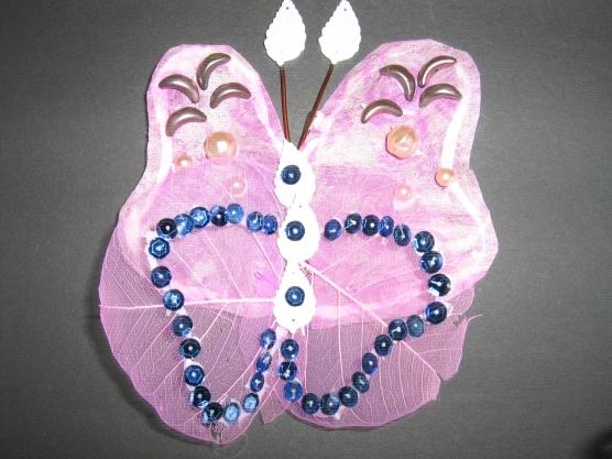 Крепятся бабочки с помощью булавок.  Самое.