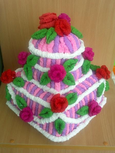 «Торт к празднику». Бумажная кулинария из гофротрубочек.