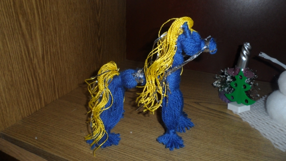 Синяя лошадка из пряжи