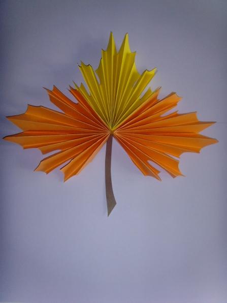 кленовый лист из цветной бумаги образец как делать рулеты