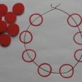 Конспект игры-занятия «Соберем бусы для куклы на нитку»— совместная деятельность воспитателя с детьми младшей группы.