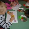 Аппликация с детьми средней группы «Украсим тарелочку для кукол»