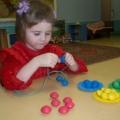 Дидактическая игра для развития сенсомоторики детей младшего возраста.
