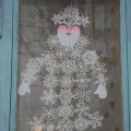 Как мы снежинками окна украсили.