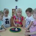 Дидактическая игра «Веселая полянка» для детей первой младшей группы